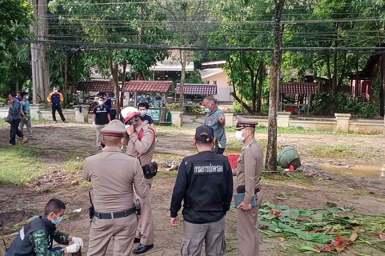 Officials inspect the death scene in front of the Jungle House Khaoyai resort near Thanarat Road in Pak Chong district, Nakhon Ratchasima, on Thursday. (Photo: Prasit Tangprasert)