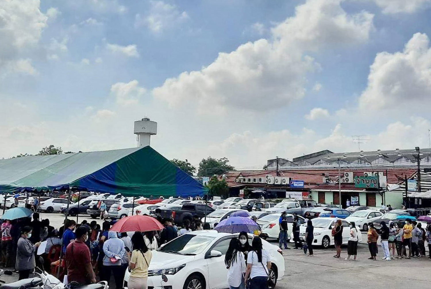 A crowd gathers at the Central Shrimp Market in Ayutthaya's Phra Nakhon Si Ayutthaya district on Sunday to get Covid-19 tests. (Photo: Sunthon Pongpao)