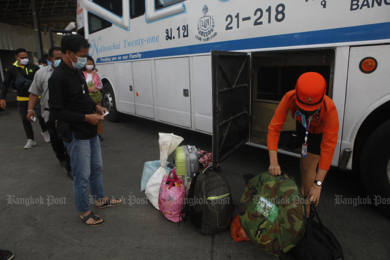 A bus hostess unloads bags after the bus from Nakhon Ratchasima arrived in Bangkok on Thursday, as people started returning from the Songkran holiday. (Photo by Nutthawat Wicheanbut)