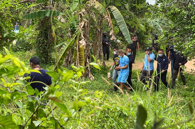 Pvt Ukrit Thongsomsri (third left) take police to the location behind his house in Hat Yai ditrict of Songkhla where he buried a bag containing stolen gold necklaces. (Photo by Assawin Pakkawan)
