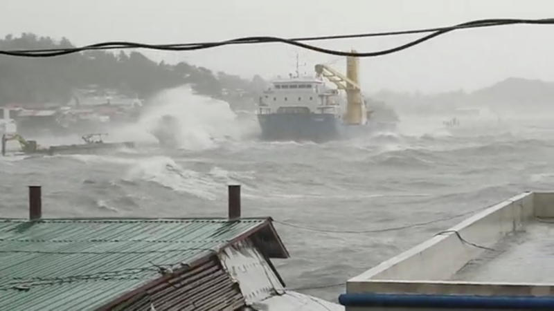 Super typhoon kills 1 in Philippines, tens of thousands flee