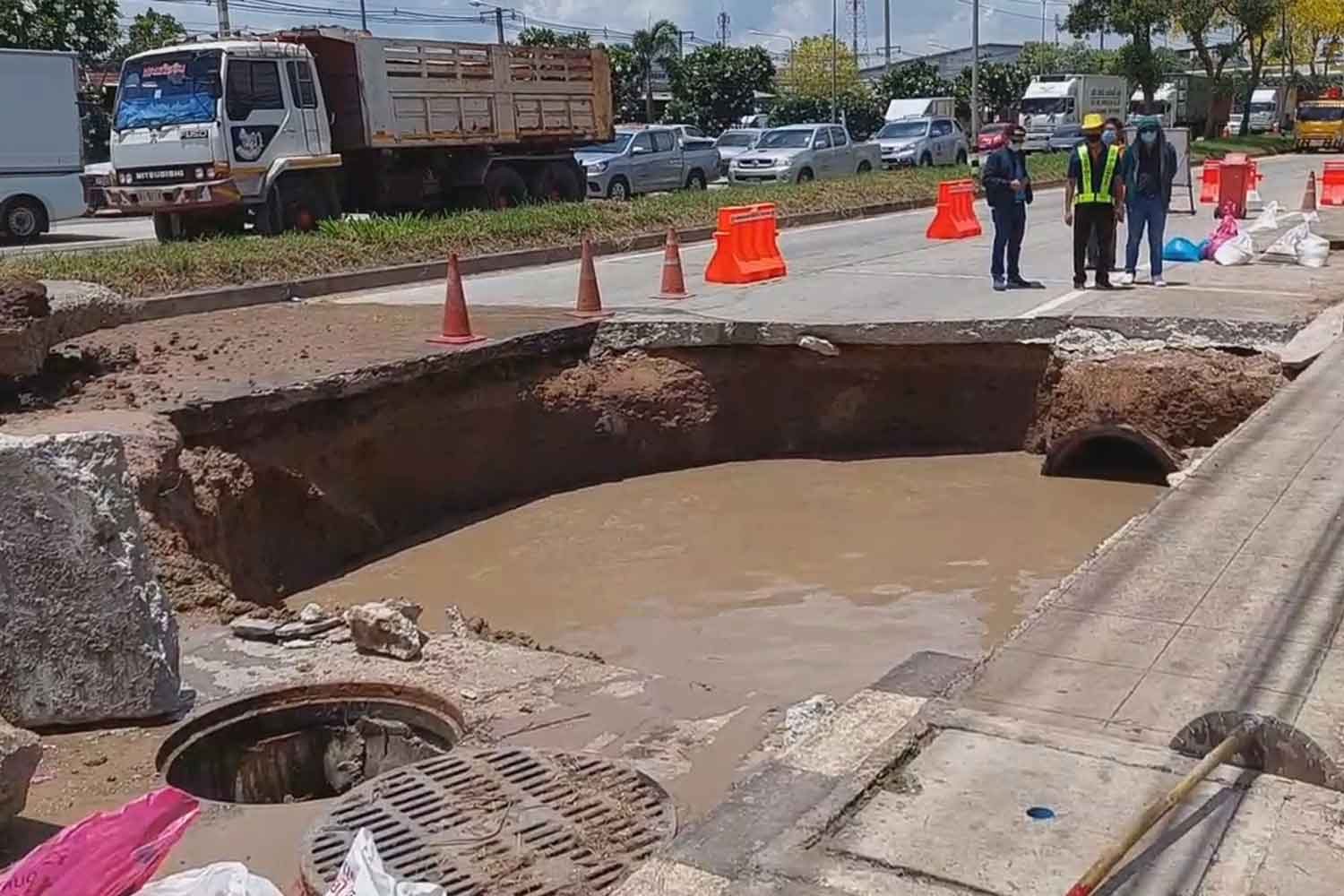 Sinkhole on Mittraphap highway under repair