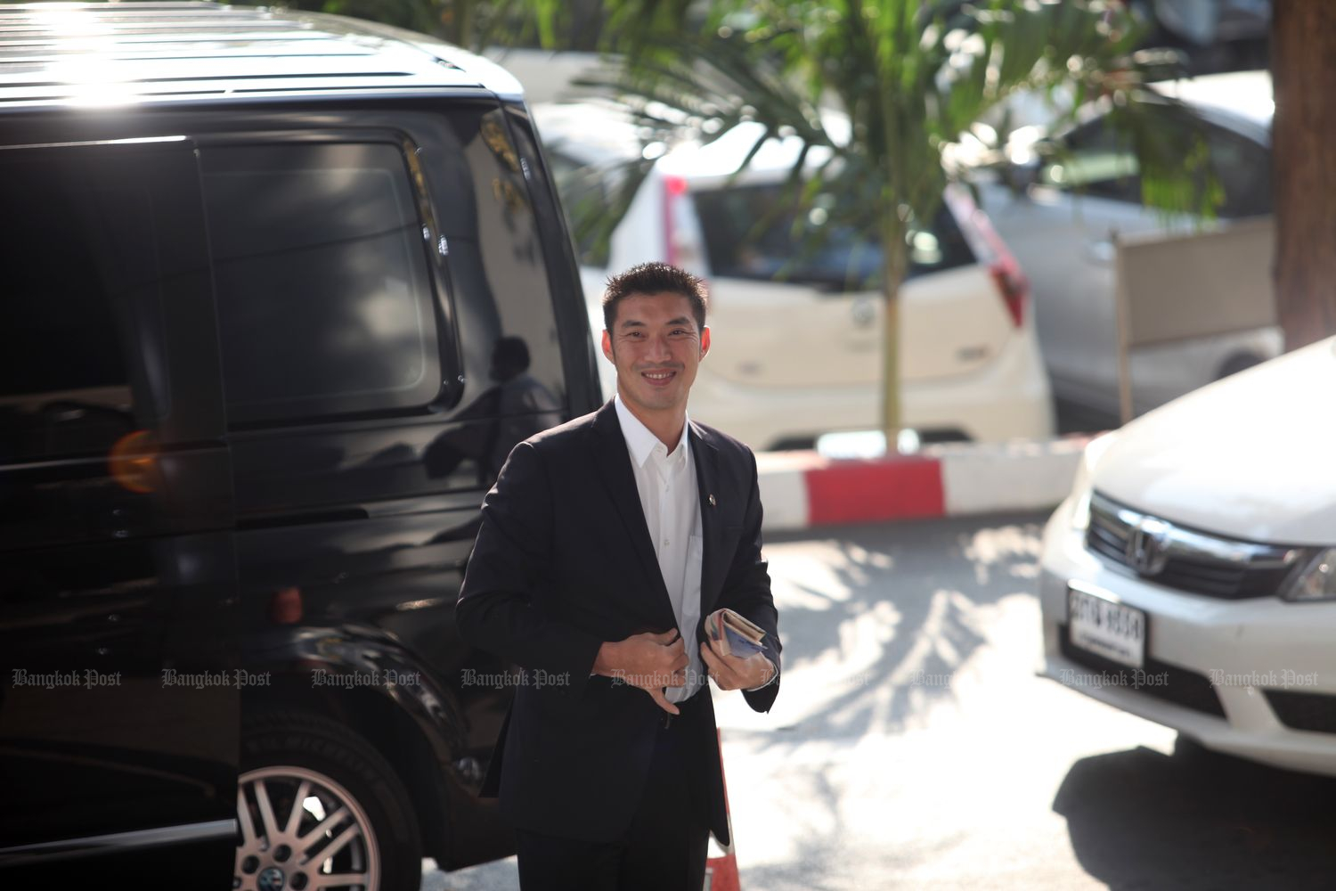 Thanathorn Juangroongruangkit, chairman of the Progressive Movement, arrives at the Criminal Court to attend a hearing on his plea for the lift of a ban on his video clips criticising the government's vaccine policy on Feb 4 this year. (Photo by Apichart Jinakul)
