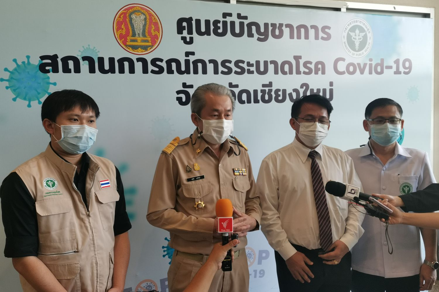 Dr Chatuchai Maneerat (centre), chief public health executive of Chiang Mai province, together with other health personnel, updates the situation in the province on Monday. (Photo supplied by Panumet Tanraksa)