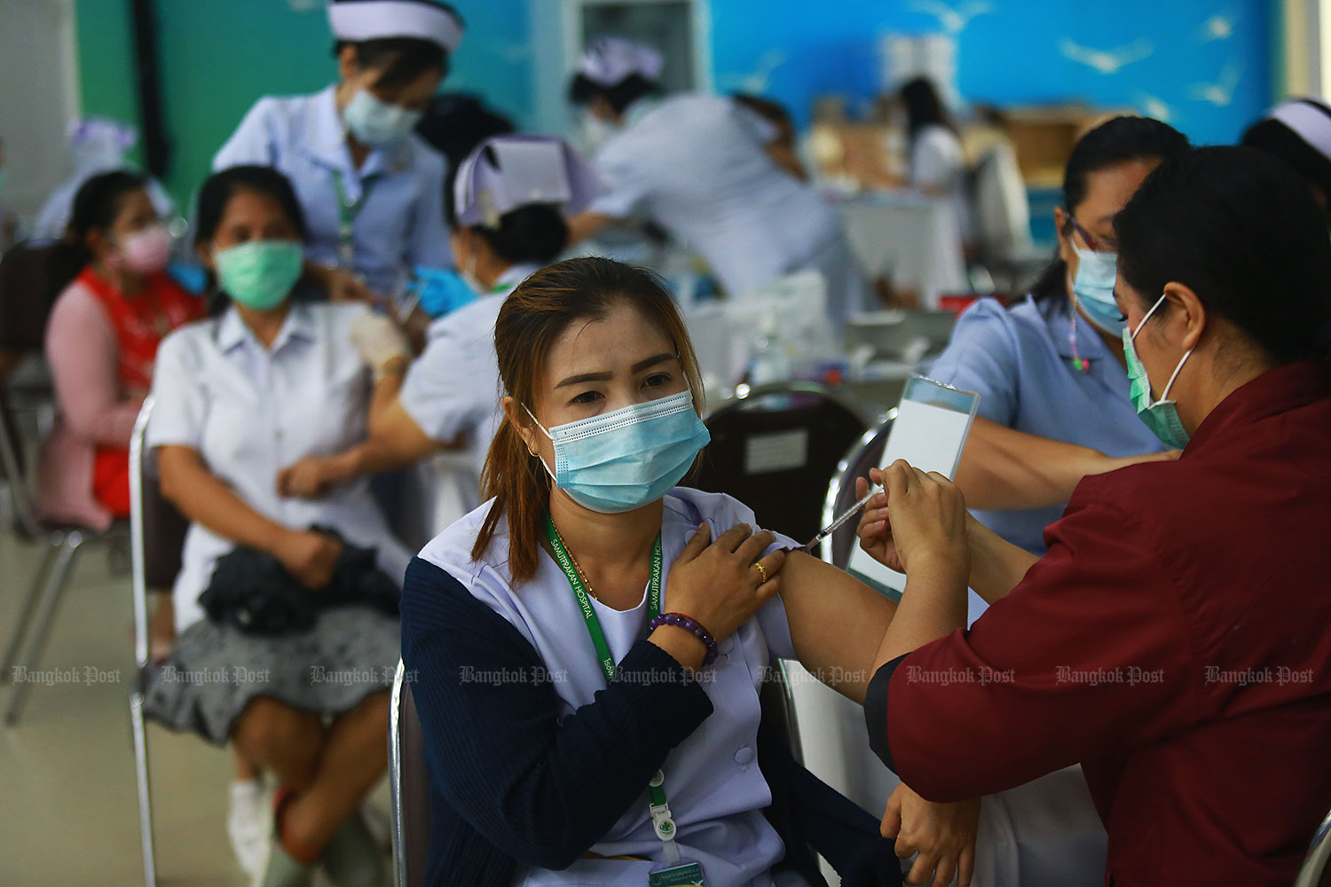 Shot of relief: Medical staff at Samut Prakan Hospital in Muang district yesterday receive their second shot of the Covid-19 vaccine. More than 800 medical staff, state officials and media personnel who registered with the hospital received the second doses at the hospital. (Photo by Somchai Poomlard)