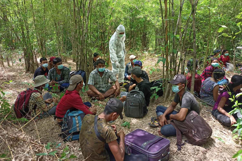 Officials arrest 72 illegal migrants from Myanmar in Ban Pradu Dan village of Muang district in Kanchanaburi province on Thursday. (Photo by Piyarat Chongcharoen)