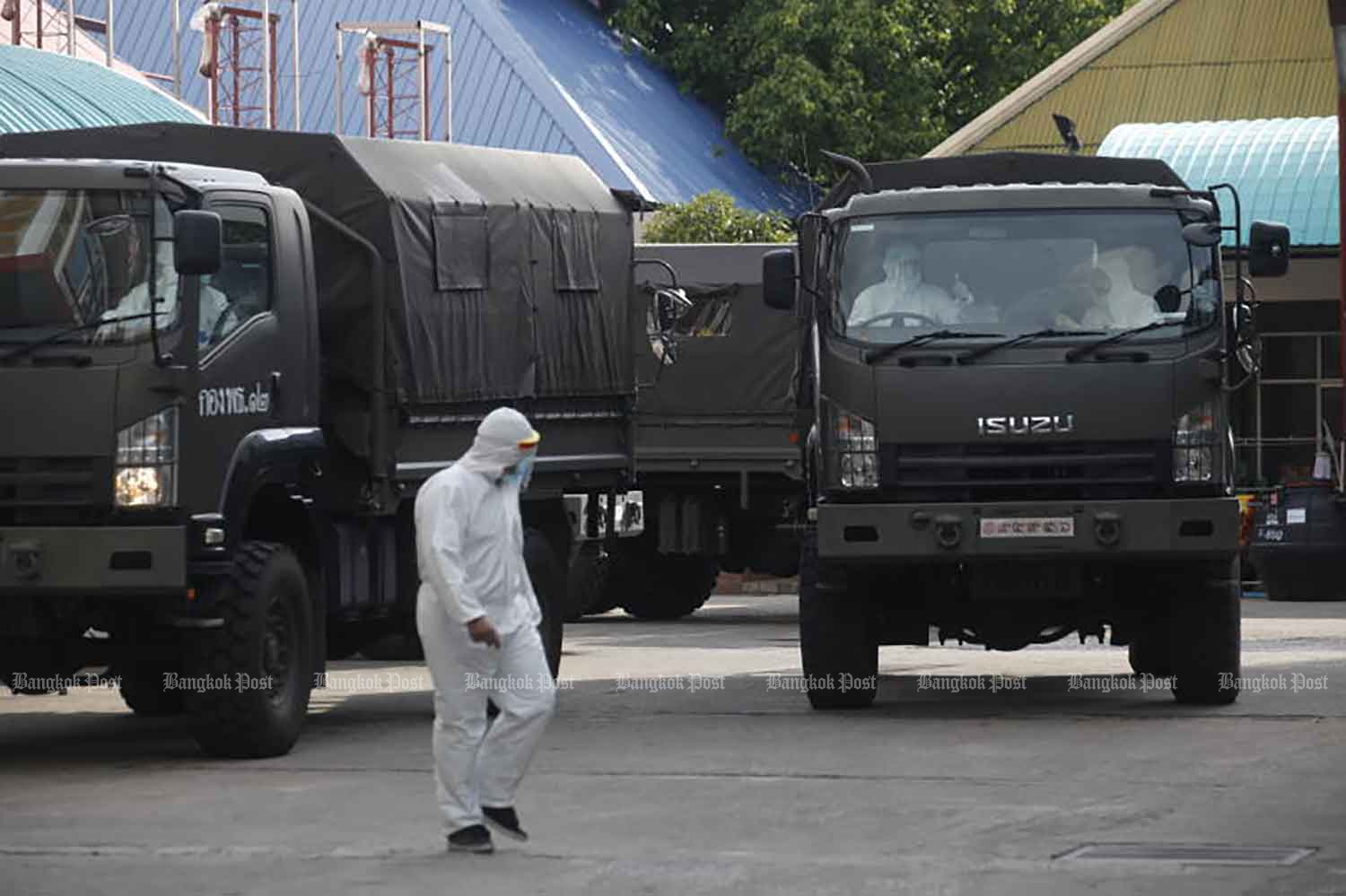Army trucks take Covid-19 patients from Klong Toey district to a field hospital in Bangkok on Thursday, when the country reported 15 new Covid-19 deaths and 1,583 new cases. (Photo: Nutthawat Wicheanbut)