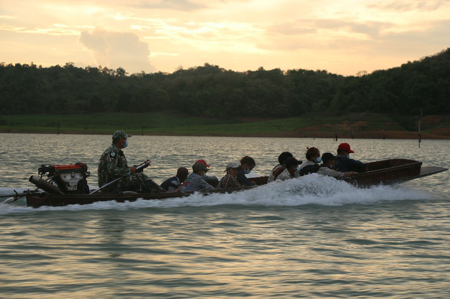 A boat takes illegal Mon migrants from an islet to the shore in Sangkhla Buri to await deportation back to Myanmar. (Photo: Piyarat Chongcharoen)