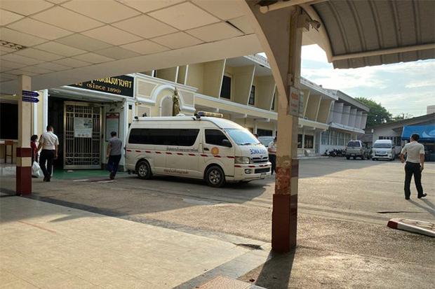 An ambulance arrives at Bangkok Remand Prison to take detained protest leader Parit Chiwarak to Ramathibodi Hospital on Friday. (Thai Lawyers for Human Rights photo)