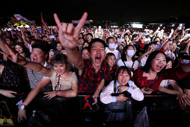 Thousands of revellers attend Wuhan music festival