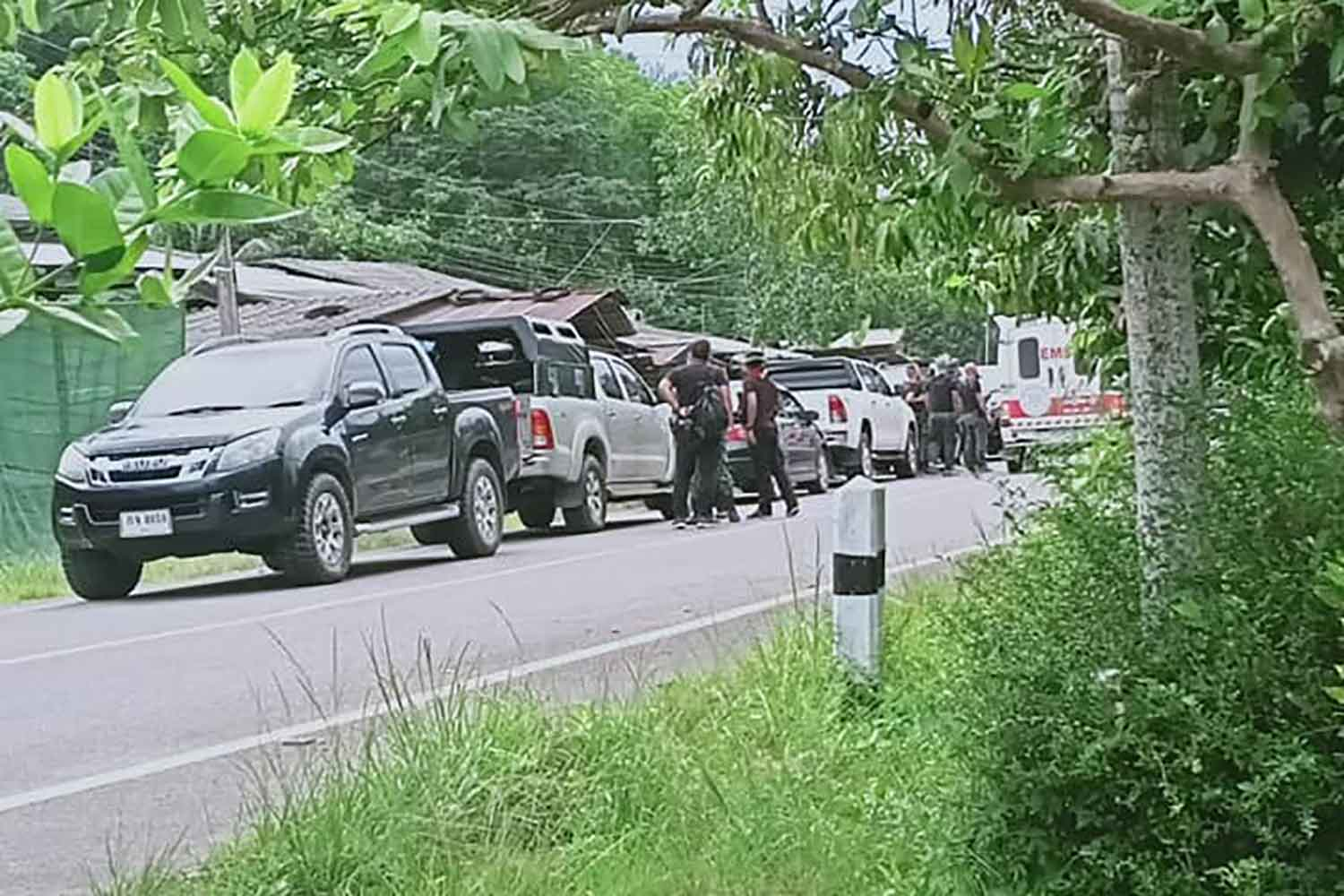 Members of the combined government force deployed to two villages in tambon Sa-e in Yala's Krong Pinang district, on Tuesday afternoon. One ranger and two insurgents were killed in the subsequent clash. (Photo: Abdullah Benjakat)