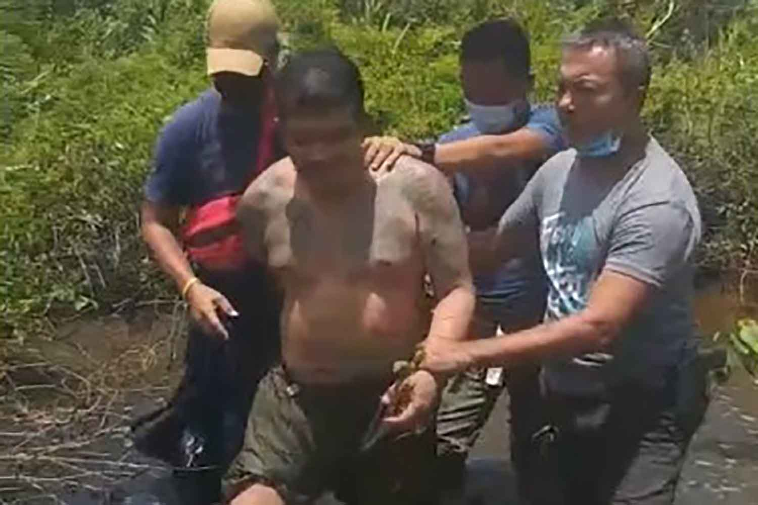 Drug fugitive Mongkol Sangchaeng is arrested in a swamp in Songkhla's Muang district on Wednesday, wanted over the seizure of a million meth pills and 10kg of crystal meth in Nakhon Si Thammarat on April 15. (Photo: Assawin Pakkawan)
