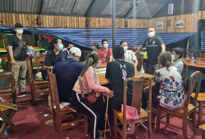Gambling diners arrested in restaurant