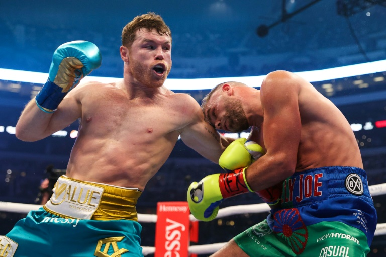 Alvarez stops Saunders to unify boxing's super middleweight titles