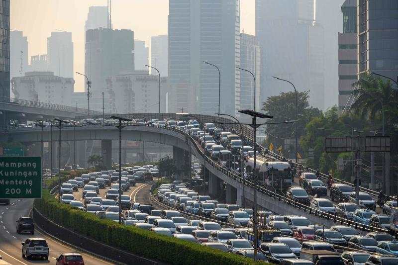 Motorists commute on a highway during the afternoon rush hour in Jakarta on May 7, 2021. (AFP photo)