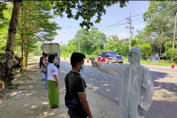 Soldiers arrest illegal immigrants from Myanmar who were travelling on a passenger van, using Thai ID cards, in Sangkhlaburi district of Kanchanaburi on Sunday. (Photo: Piyarach Chongchareon)