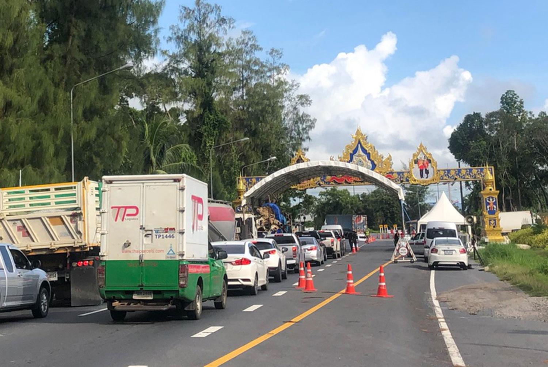 Officials check motorists before allowing them to enter Phuket as part of Covid-19 screening measures. (Photo:Achadtaya Chuenniran)