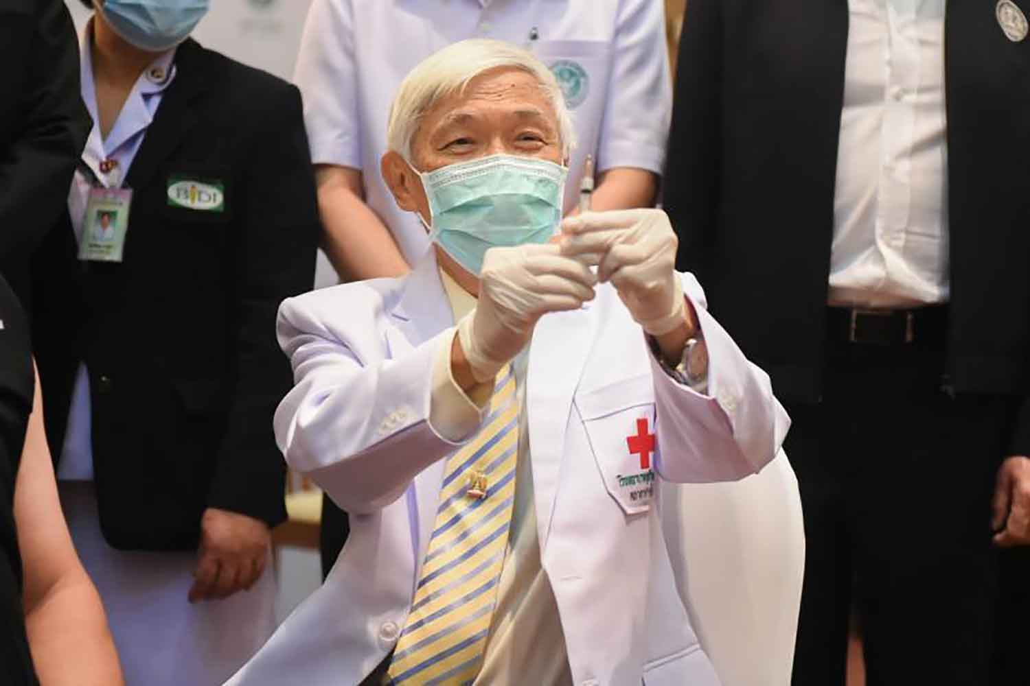 Virologist Yong Poovorawan shows a Covid-19 vaccine dose at Bamrasnadura Infectious Diseases Institute in Nonthaburi province on Feb 28. (Government House photo)