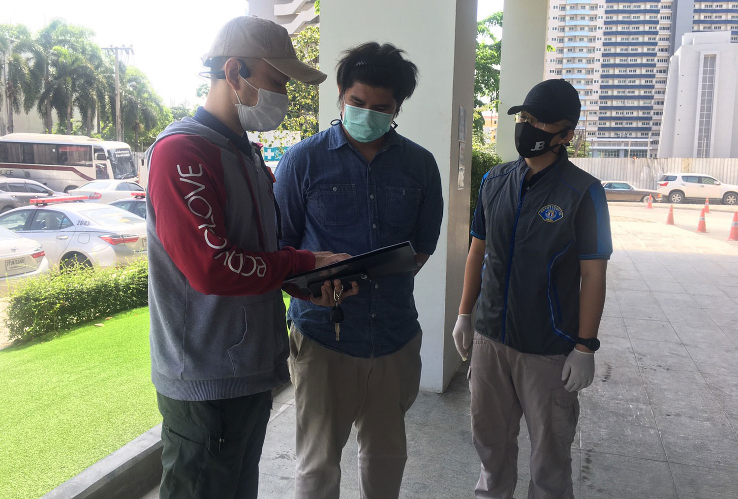 Ratchaphol Jinda, 26, a salesman in Samut Prakan, is shown an arrest warrant as Crime Suppression Division police take him into custody in the car park of a shopping mall in Bangkok on Wednesday. (Photo supplied/Wassayos Ngamkham)