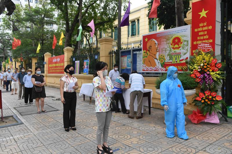 Local residents queue before casting their ballots at a voting station in Hanoi on Sunday as Vietnam holds legislative polls to elect a new 500-seat National Assembly. (AFP photo)