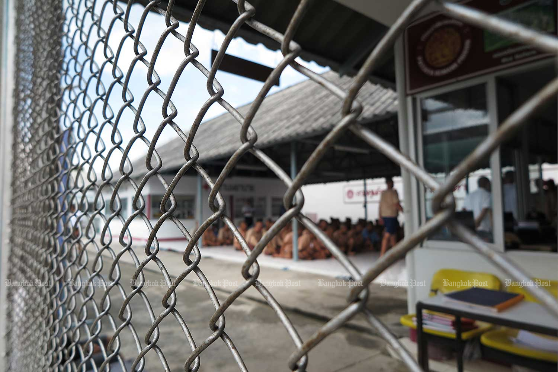 Inmates are seen through a fence at Pathum Thani prison. (Bangkok Post file photo)