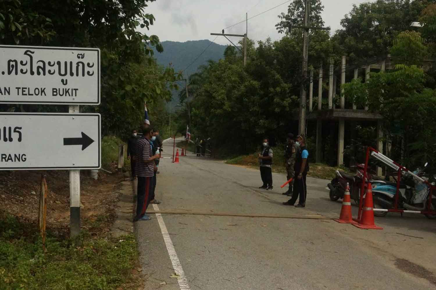 Access to villages in Sungai Padi district of Narathiwat is restricted on Monday to control COVID-19. (Photo: Waedao Harai)