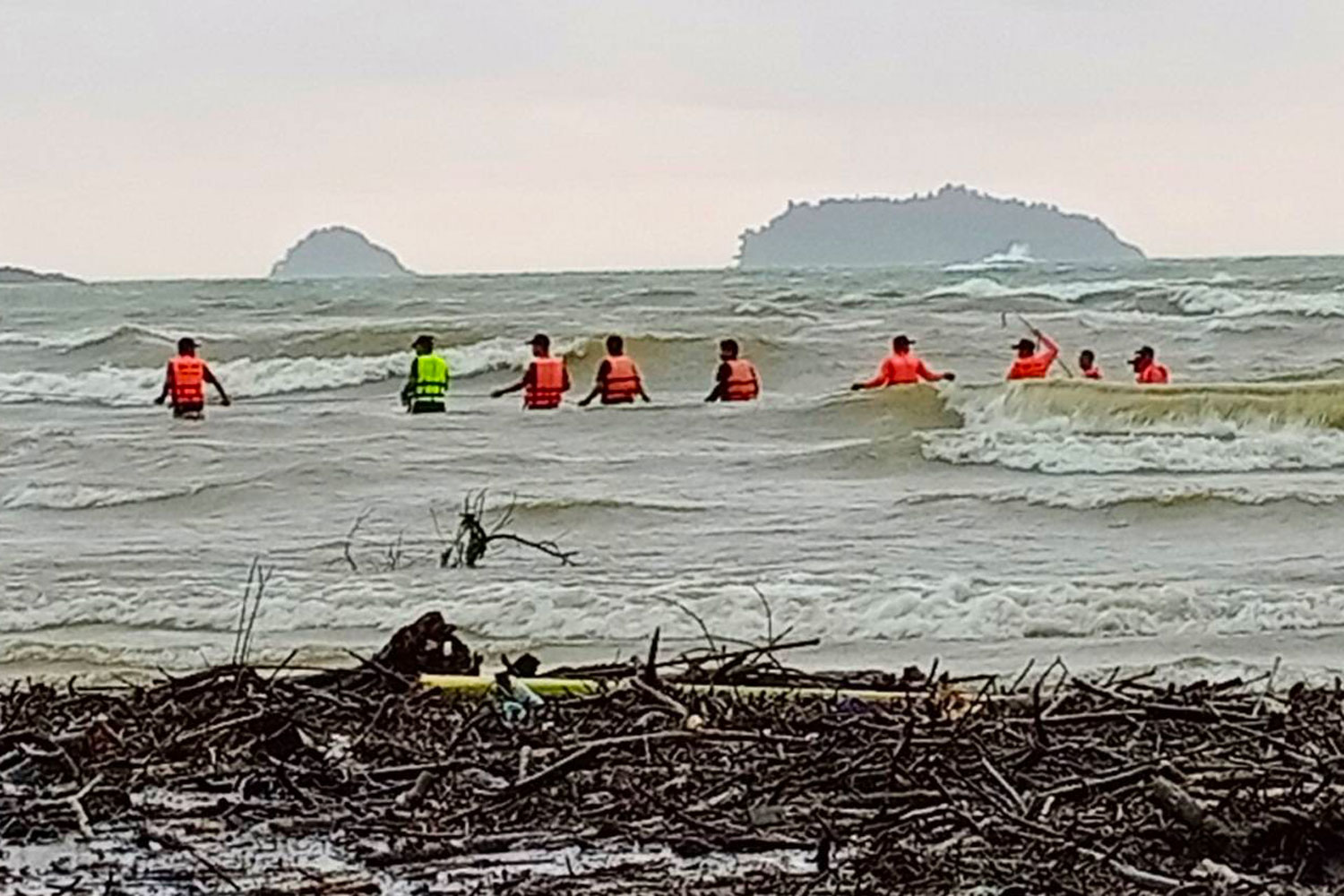 Searchers rescue one of the two men on a speedboat that capsized in rough seas off Koh Chang in Trat on Thursday morning. (Photo: Jakkrit Waewkraihong)