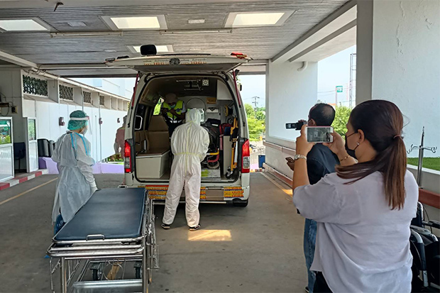 The body of Ukraine's ambassador to Thailand Andrii Beshta was taken from Koh Lipe to Satun Hospital in Satun's Muang district on Sunday. (Photo from Satun public relations office)