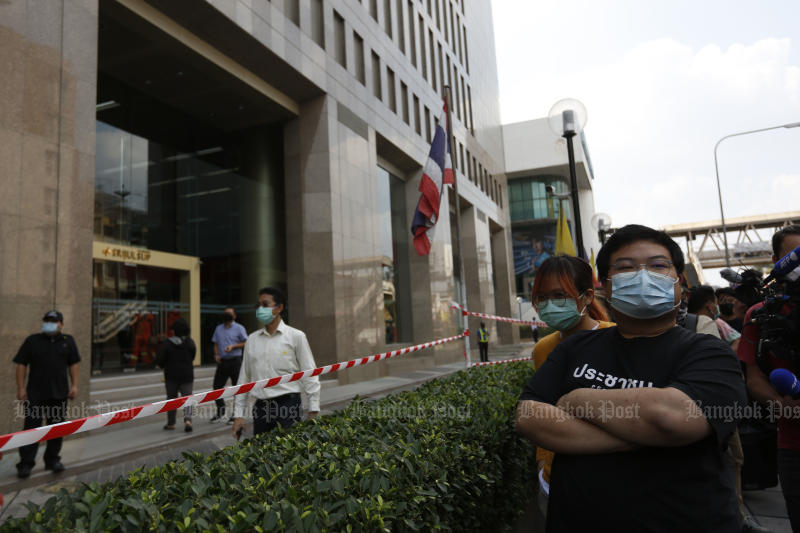 FILE PHOTO: Protesters gather outside the Srijulsap building in Bangkok housing the offices of Siam BioScience, the company owned by the Crown Property Bureau that was given exclusive rights for local manufacture of the AstraZeneca Covid-19 vaccine, on Jan 25, 2021. (Bangkok Post photo)