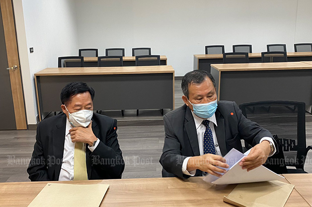 Former judges Direk Ingkaninan (left) and Chaiyasit Trachutham prepare evidence to lodge a complaint against website Law360 and others at the Crime Suppression Division on Monday. (Photo by Wassayos Ngamkham)