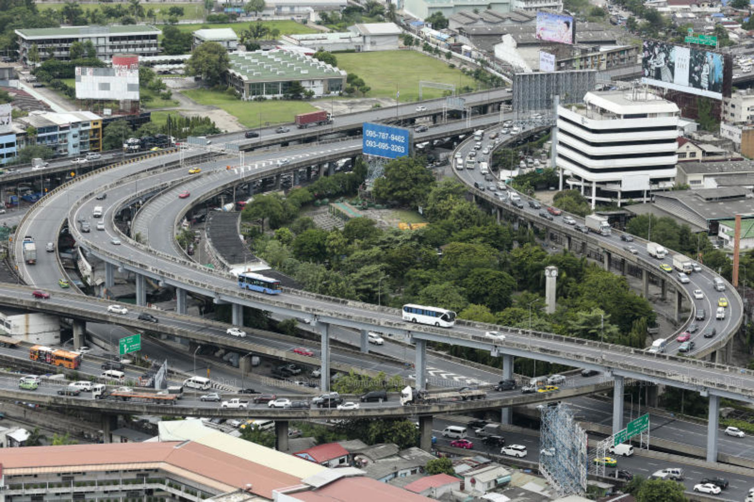 The Chaloem Maha Nakhon expressway, one of three expressways for which tolls will be waived on Thursday, Her Majesty Queen Suthida's birthday. (File photo)