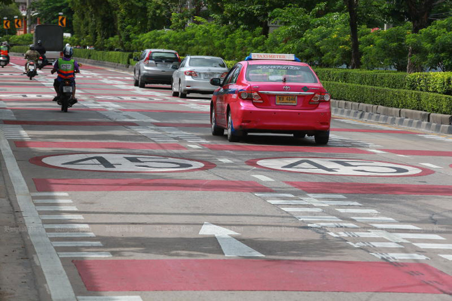 Markings showing a 45km/h speed limit are seen on the outbound lanes of Ratburana Road near Soi Ratburana 5 in Bangkok's Bang  Kholaem district to warn motorists ahead of a bend which is a blind spot. (File photo: Somchai Poomlard)
