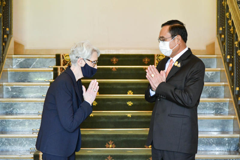 US Deputy Secretary of State Wendy Sherman greets Prime Minister Prayut Chan-o-cha at Government House on Wednesday. (Government House photo)