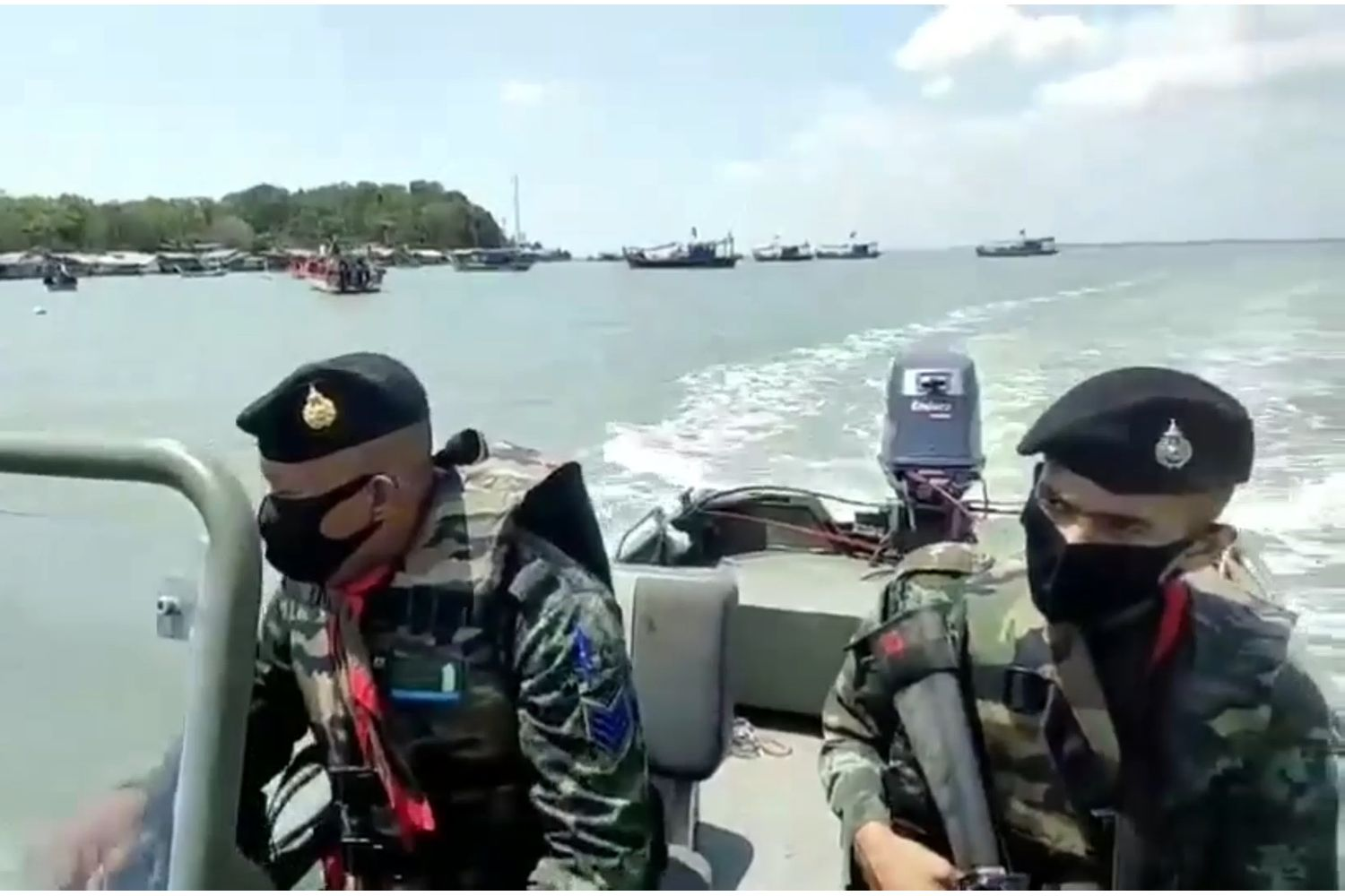 Soldiers patrol the border in Satun, preventing illegal entry by sea from Malaysia, which is in full Covid-19 lockdown. (Photo supplied/Assawin Pakkawan)