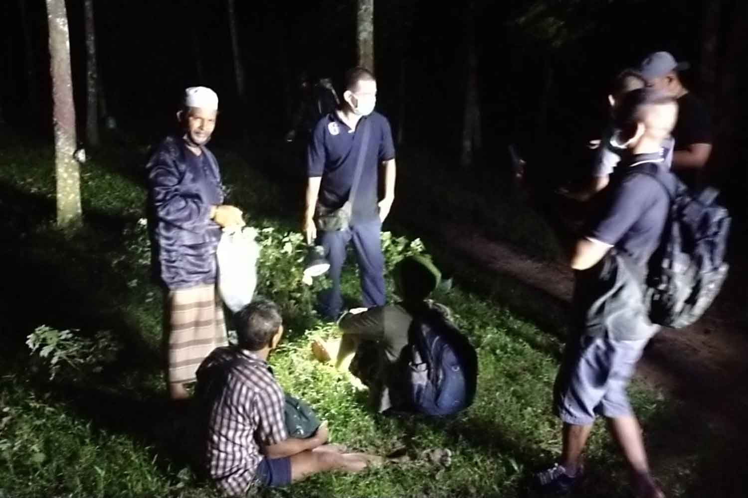 Some of the six Myanmar nationals caught hiding in a rubber plantation in Songkhla's Hat Yai district on Tuesday night. (Photo: Assawin Pakkawan)