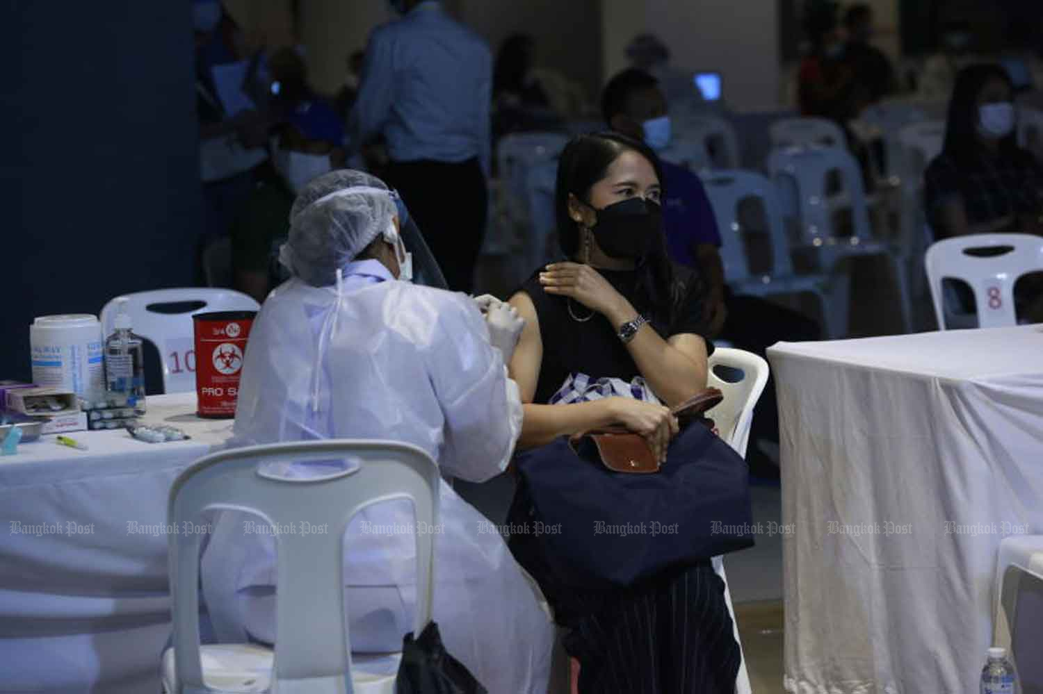 A member of the Social Security Fund receives a Covid-19 vaccine in Bangkok on Wednesday. (Photo: Arnun Chonmahatrakool)