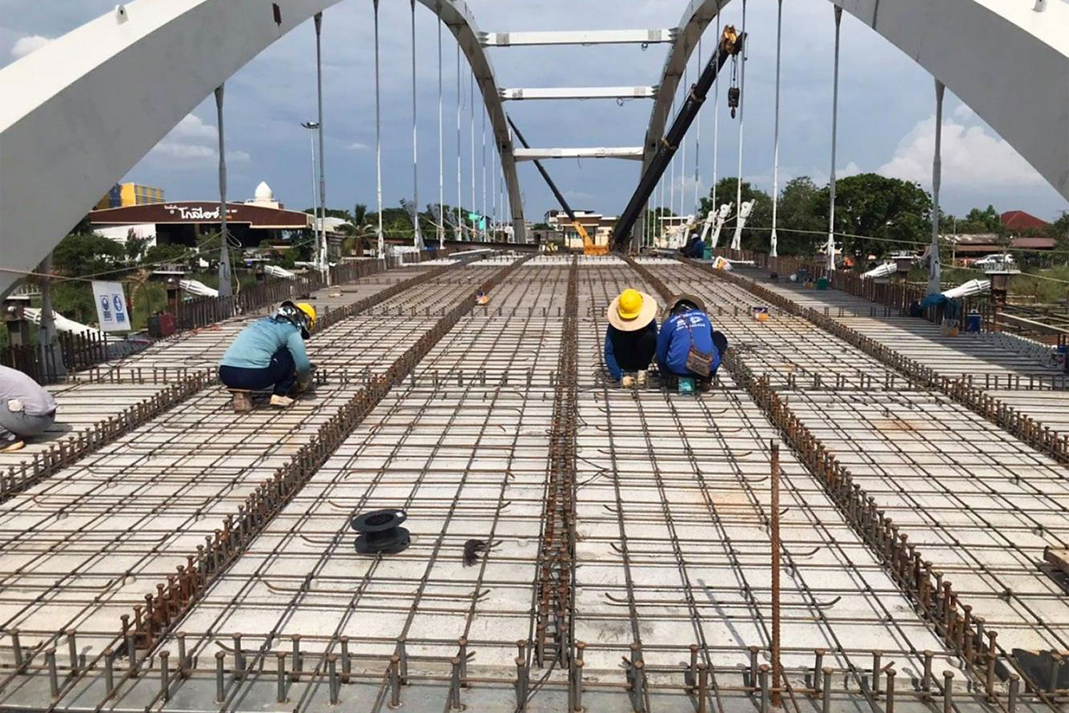 Steel rods are used for the construction of a new bridge over the Nan River in Phitsanulok province.(Department of Rural Roads)