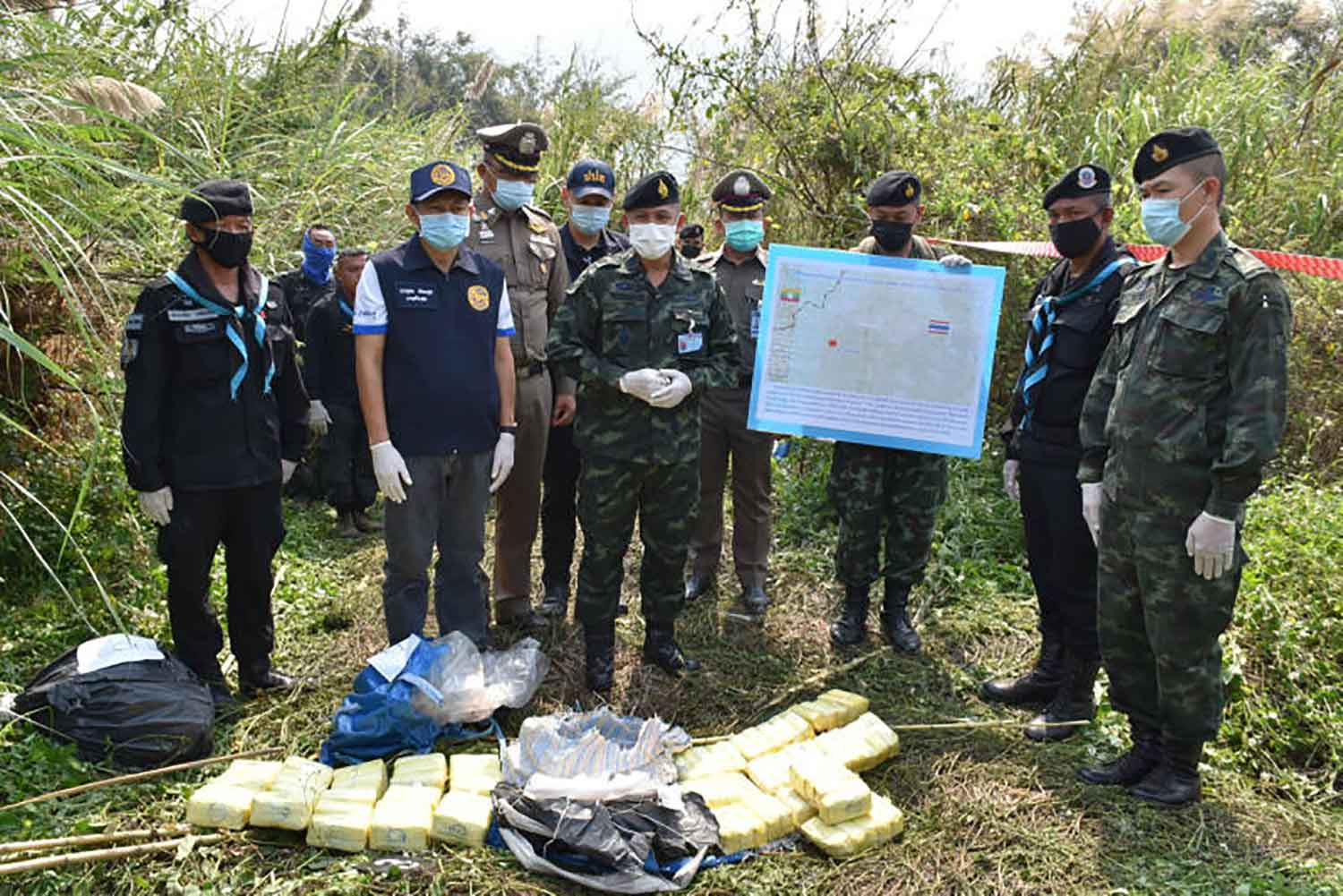 Soldiers seize 1.6 million speed pills after a clash with armed narcotic smugglers near the border in Mae Chan district, Chiang Rai, in February. (Army photo)