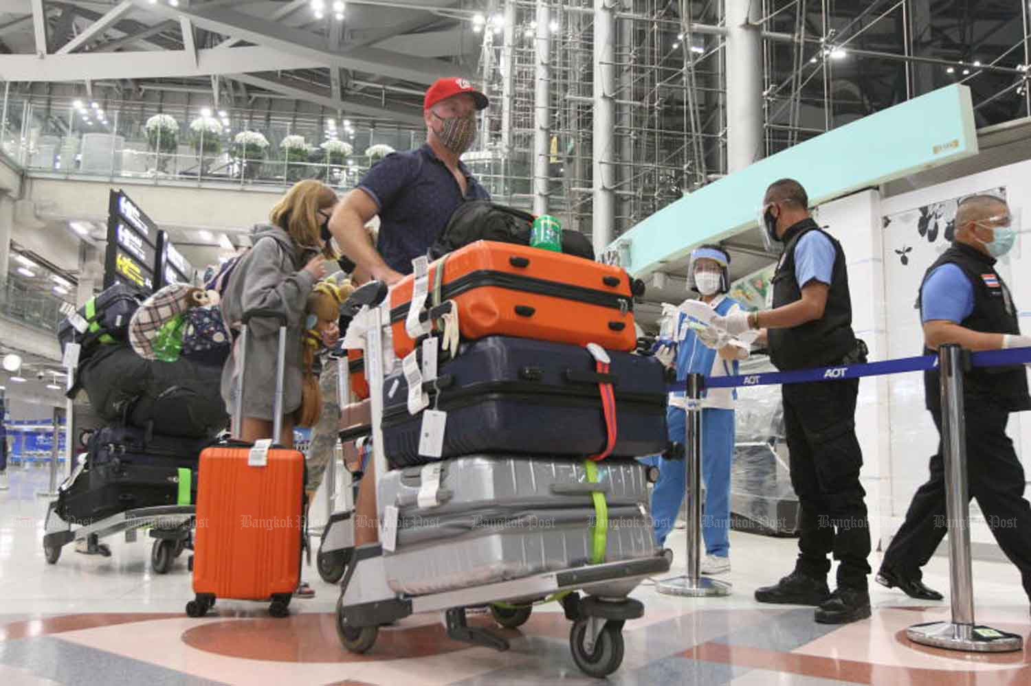 Passengers arrive at Suvarnabhumi airport from overseas, and head for quarantine. (file photo)