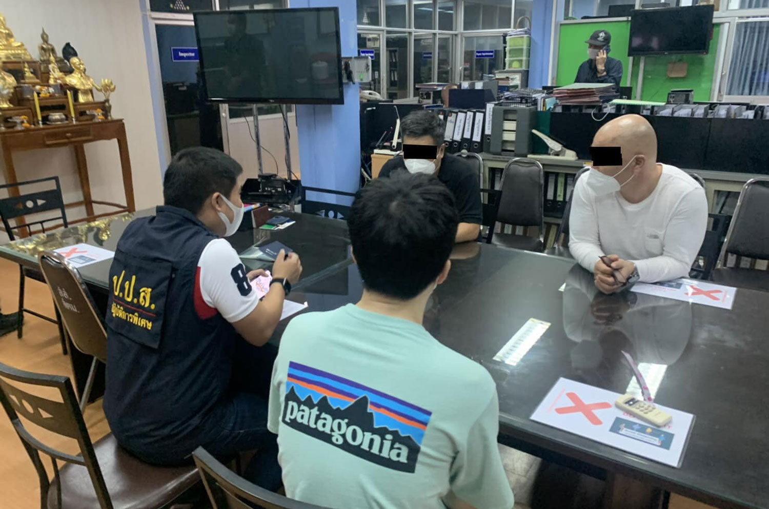 An ONCB official (left) interrogates Kim Chul yun, a South Korean national, following his arrest at a condominium room in Nonthaburi on Thursday. (Photo: ONCB)