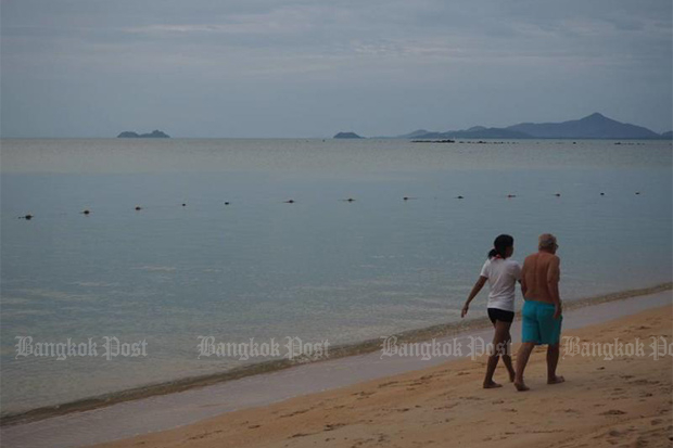 Tourists walk along Maenam beach on Koh Samui in Surat Thani on Sept 20, 2020. (Bangkok Post photo)