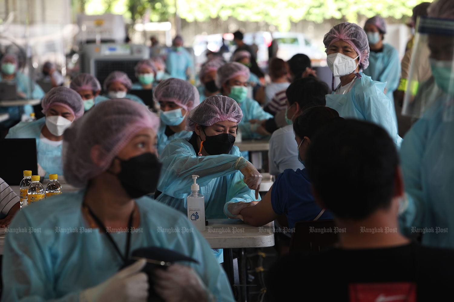 Immunisation drive ramps up: The SCG vaccination site is bustling in Bang Sue district of Bangkok. City governor Aswin Kwanmuang yesterday visited the facility which numbers among 25 similar non-hospital sites in the capital. (Photo: Apichart Jinakul)