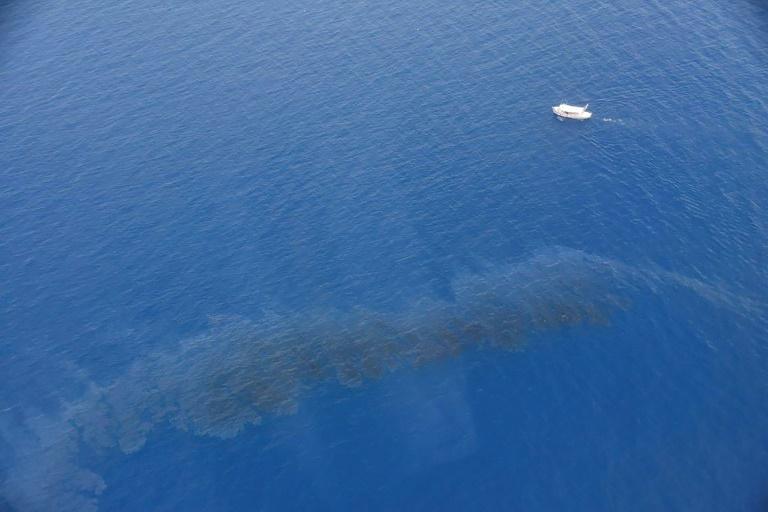 Oil spill drifts away from Corsica coast