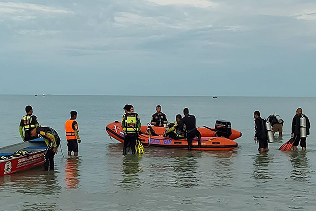 Divers and rescuers return to shore in Khanom district of Nakhon Si Thammarat on Monday after they found the body of missing fisherman Sang Tenphusa floating in the sea. (Photo: Nujaree Raekrun)