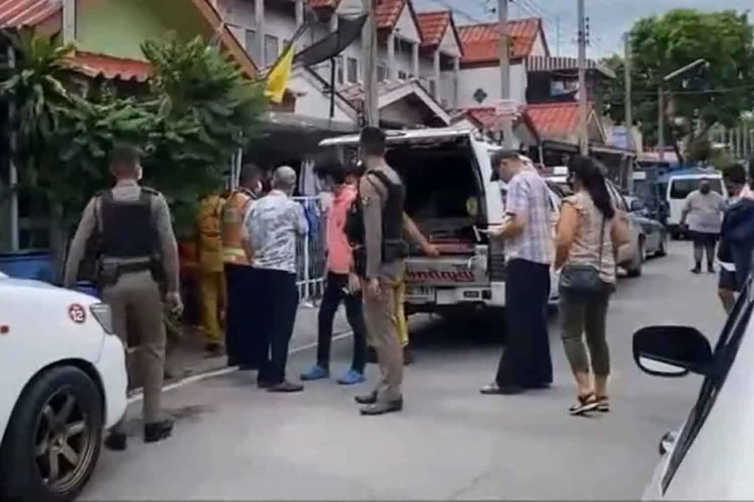 Police and rescuers from the Ruam Katanyu Foundation move the body of Pol Sub-Lt Songpop Poosang from his house in tambon Bang Pu Mai in Muang district, Samut Prakan, to a hospital for an autopsy. The retired officer collapsed and died after having breathing difficulties. (Photo: Sutthiwit Chayutworakan)