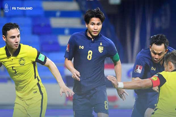 Thitiphan Puangchan (centre) in action against Malaysian players in their last game of Group G on Tuesday in the United Arab Emirates. Malaysia beat Thailand 1-0. (Photo from Football Association of Thailand Facebook account)