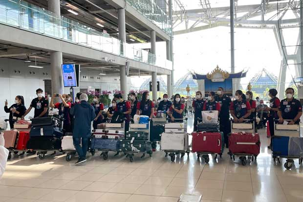 The Thai women's team arrives at Suvarnabhumi airport from Italy on Tuesday. (Volleyball Association of Thailand photo)