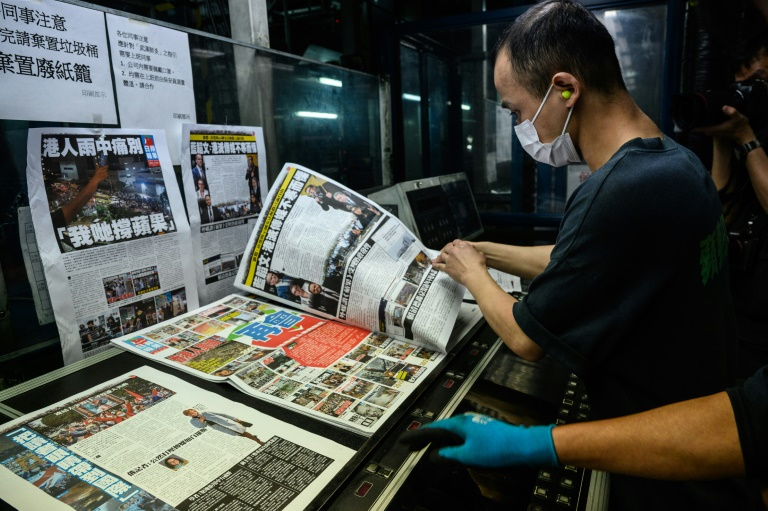 Hong Kongers snap up final edition of Apple Daily newspaper