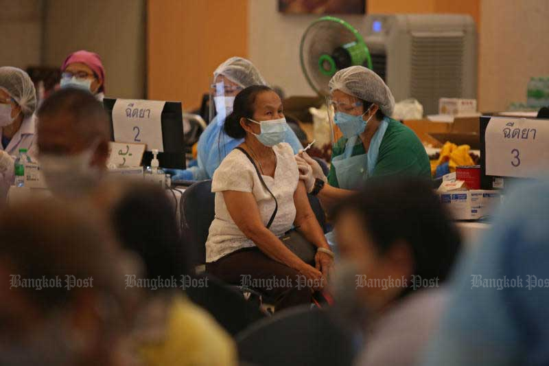 People who registered for a Covid-19 vaccine via the Mor Prom app receives a shot at Bhumibol Adulyadej Hospital on Monday. (Photo: Varuth Hirunyathe)