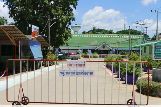 An entrance barrier is used to prevent people other than hospital staff from entering Chum Saeng Hospital in Nakhon Sawan's Chum Saeng district on Sunday. (Photo by Chalit Poomruang)